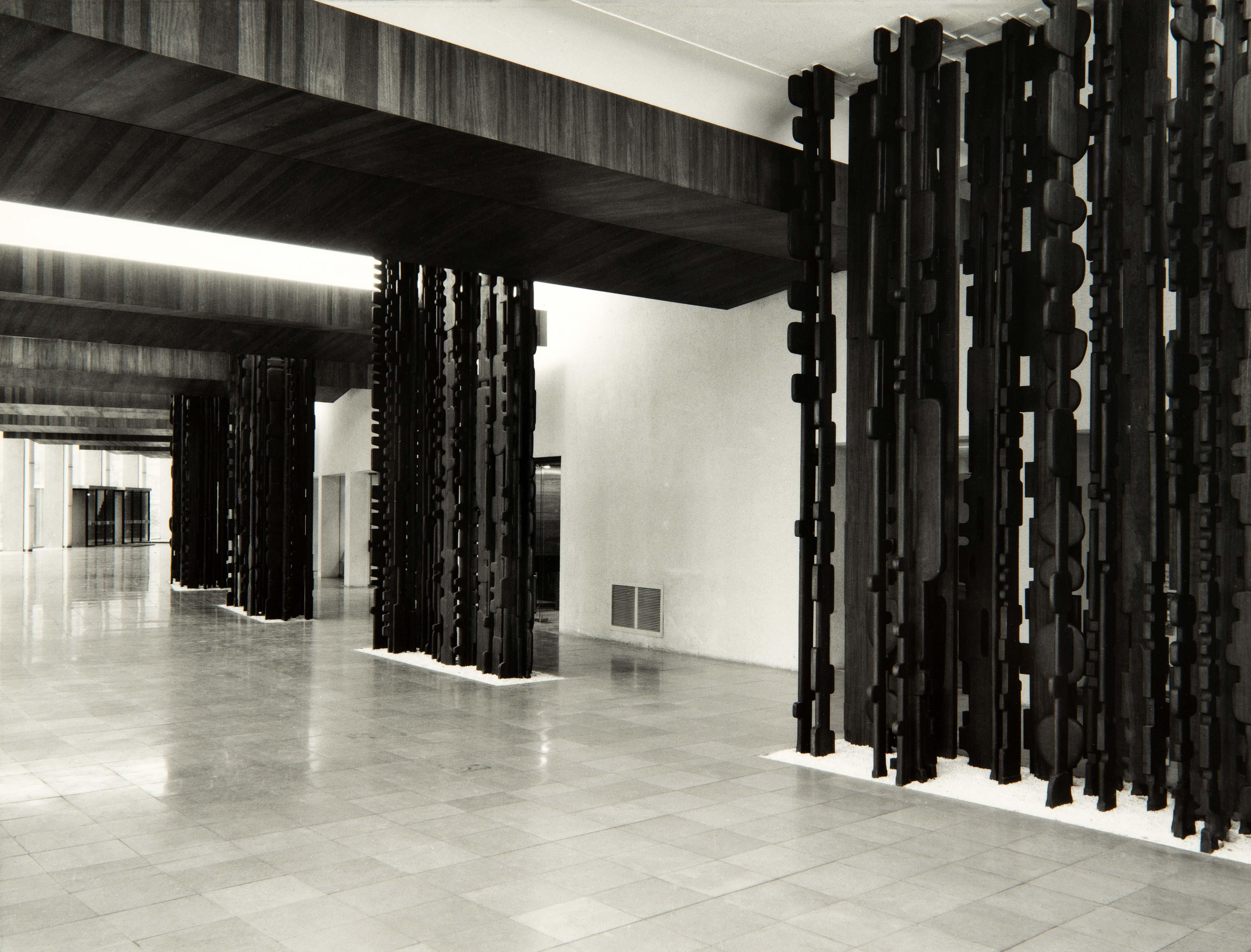 La sculpture de Stahly, Echo de la Forêt, reprend racine à la Maison de la Radio