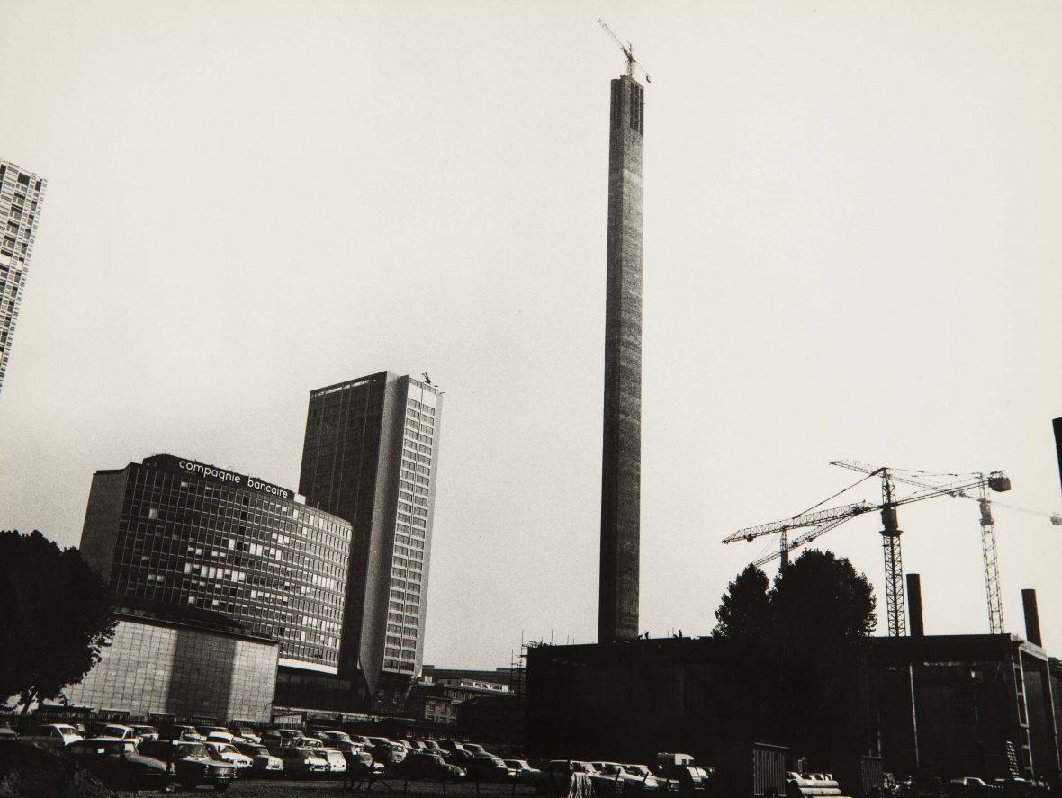 <p>La cheminée du Front de Seine lors de sa construction, Beaugrenelle.</p>
