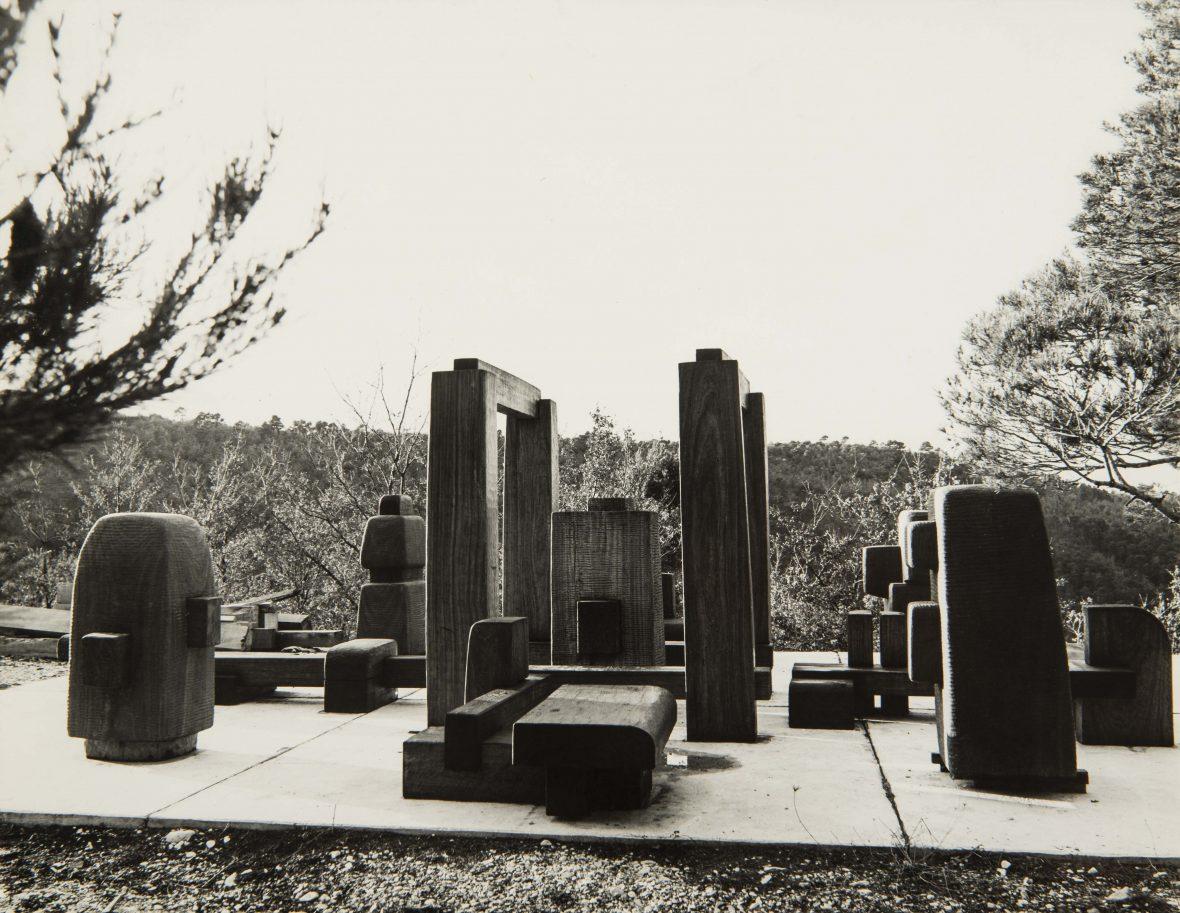 <p>Plateforme de prémontage de l'ensemble de sculptures du labyrinthe d'Albany</p>