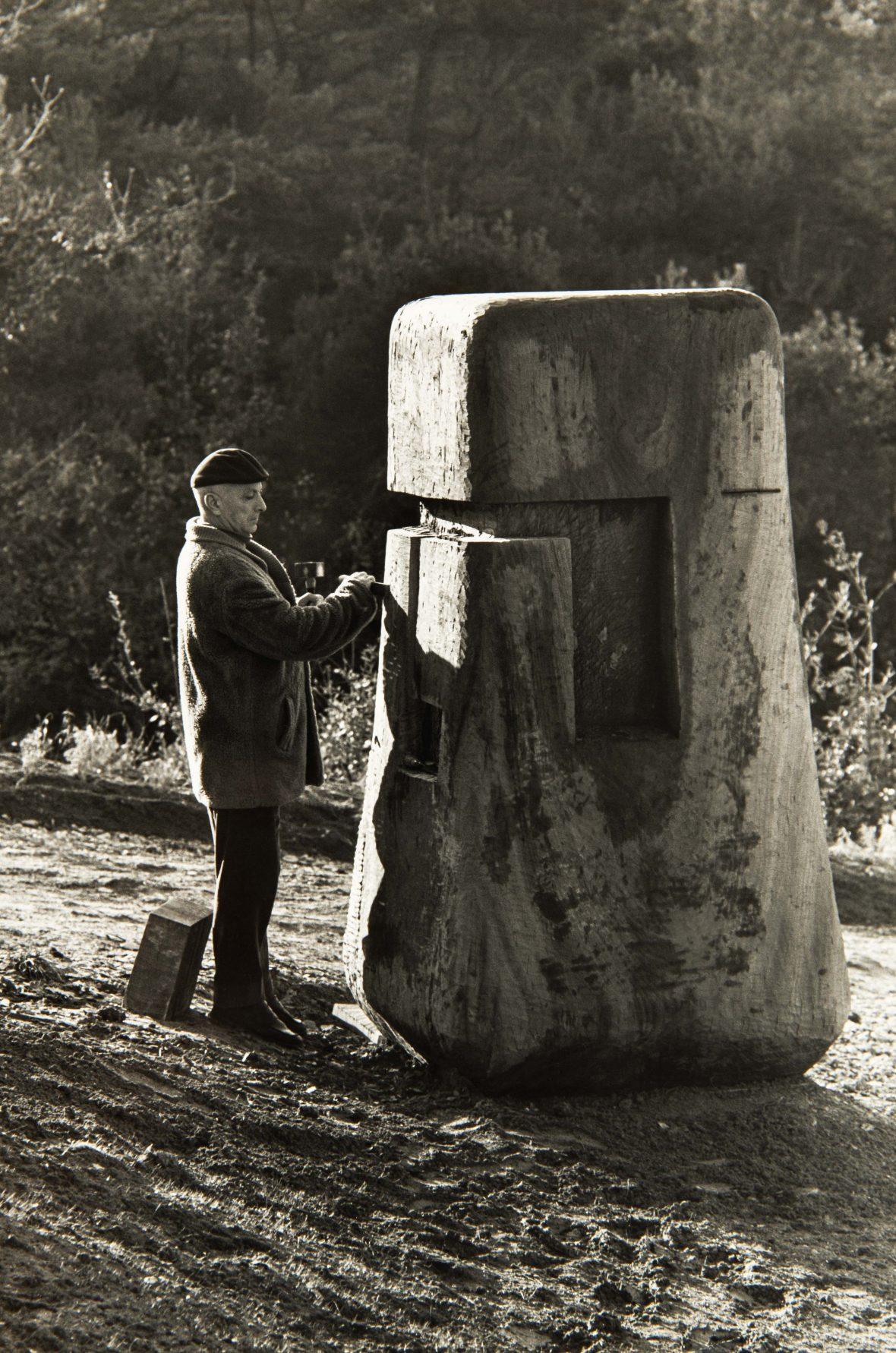 <p>Stahly sculptant dans le parc forestier du Crestet.</p>
