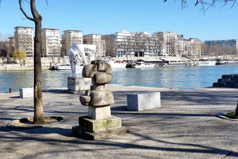 <p>Neptune, au bord de la Seine</p>