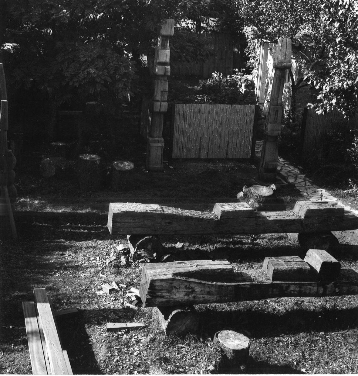 <p>Eléments couchés du portique dans le jardin de Bellevue</p>
